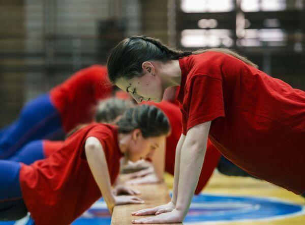 Nữ học viên trong lớp rèn luyện thể chất tại Học viện Không quân mang tên A.F. Mozhaisky ở St. Petersburg - Sputnik Việt Nam
