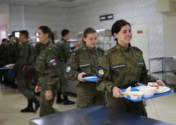 Nữ học viên- phi công trong phòng ăn Trường không quân cao cấp đào tạo phi công Krasnodar - Sputnik Việt Nam