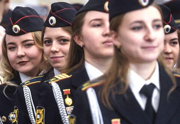Nhóm học viên nữ đoàn thiếu sinh quân trường cảnh sát trong buổi lễ trao bằng tốt nghiệp trước thềm ngày lễ Người bảo vệ Tổ quốc ở Moskva - Sputnik Việt Nam