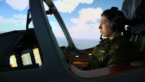 Nữ học viên trong giờ học tại tổ hợp huấn luyện bay Trường không quân cao cấp đào tạo phi công Krasnodar - Sputnik Việt Nam