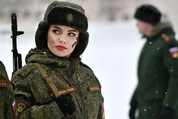Thí sinh tham gia cuộc thi sắc đẹp và kỹ năng chuyên nghiệp của nữ quân nhân lực lượng tên lửa chiến lược Trang điểm dưới lớp ngụy trang ở tỉnh Yaroslavl - Sputnik Việt Nam