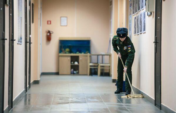 Nữ học viên rửa sàn nhà trong ký túc xá tại Học viện Không quân mang tên A.F. Mozhaisky ở St. Petersburg - Sputnik Việt Nam