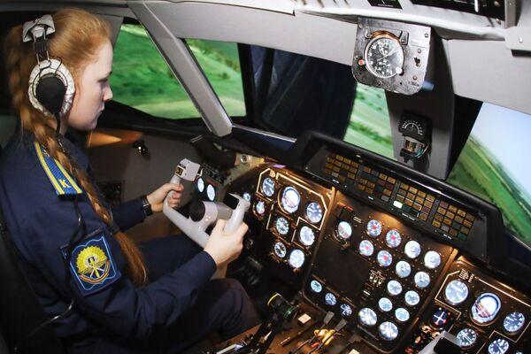 Phi công- học viên nữ trong giờ học tại tổ hợp huấn luyện máy bay L-410 mới tại  Trường không quân cao cấp đào tạo phi công Krasnodar - Sputnik Việt Nam