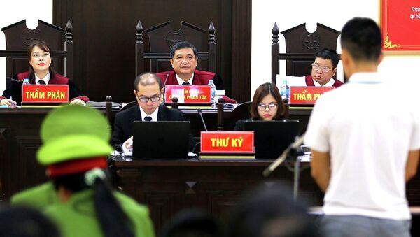 Chủ tọa phiên tòa Nguyễn Vinh Quang xét hỏi các bị cáo. - Sputnik Việt Nam