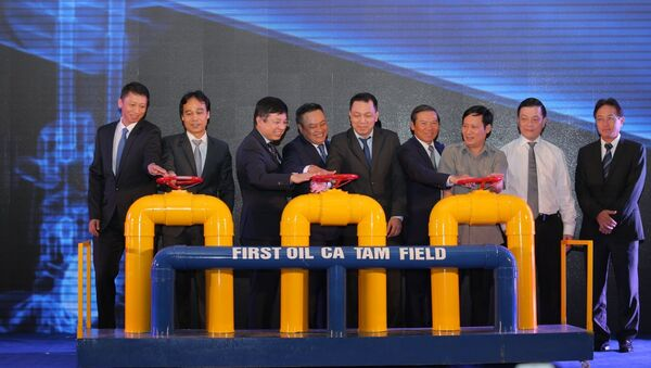 Nghi thức mở van đón dòng dầu đầu tiên từ mỏ Cá Tầm - Sputnik Việt Nam