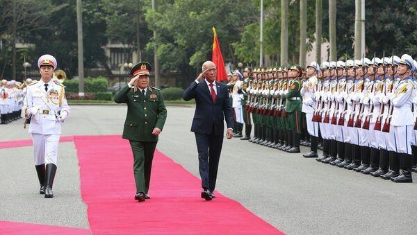 Đại tướng Ngô Xuân Lịch và Bộ trưởng Delfin Negrillo Lorenzana duyệt đội danh dự tại lễ đón. - Sputnik Việt Nam