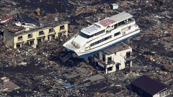 Du thuyền trên nóc tòa nhà ở thành phố Otsuchi sau trận động đất và sóng thần ngày 11 tháng 3 năm 2011 tại Nhật Bản - Sputnik Việt Nam