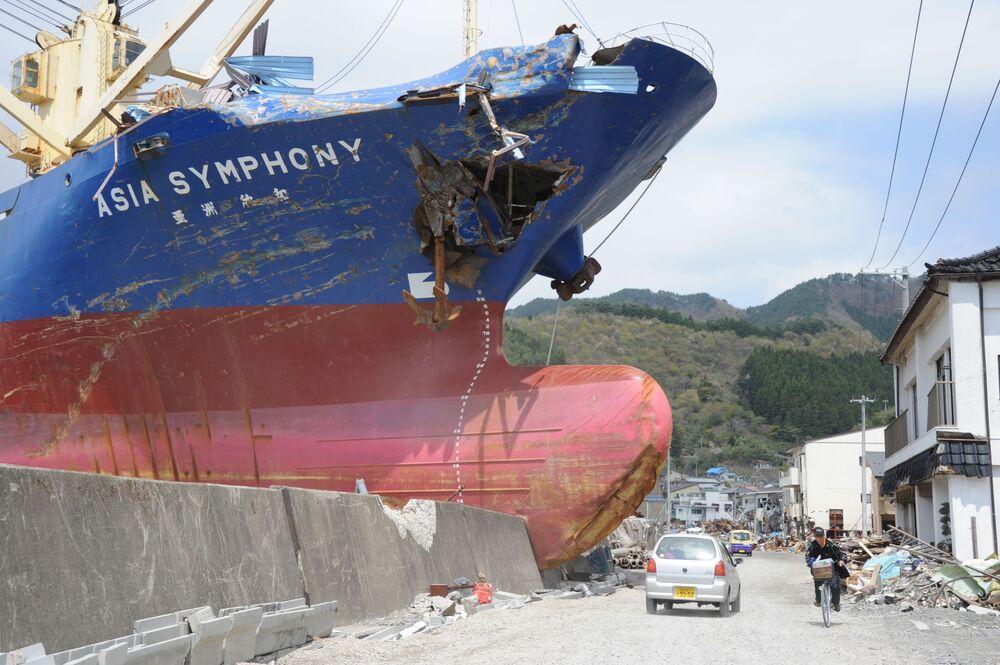 Tàu chở hàng 4724 tấn Asia Symphony bị hất lên bờ biển, hậu quả của trận sóng thần năm 2011 tại Nhật Bản