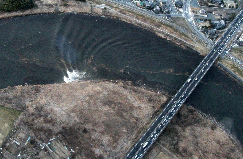 Sóng thủy triều di chuyển ngược dòng ở sông Naka, Nhật Bản, ngày 11 tháng 3 năm 2011