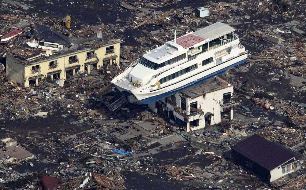 Du thuyền trên nóc tòa nhà ở thành phố Otsuchi sau trận động đất và sóng thần ngày 11 tháng 3 năm 2011 tại Nhật Bản