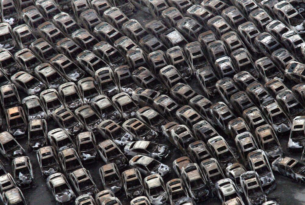 Những chiếc xe hơi bị cháy ở Hitatinaka, Nhật Bản, vào ngày thứ ba sau trận động đất và sóng thần xảy ra tại Nhật Bản ngày 11 tháng 3 năm 2011