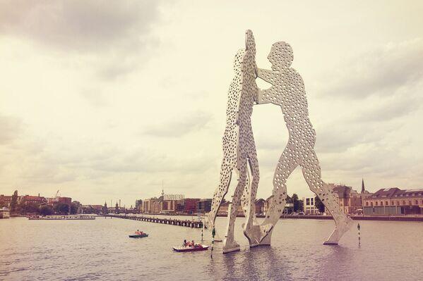 Tác phẩm điêu khắc Người phân tử trên sông Spree ở Berlin - Sputnik Việt Nam