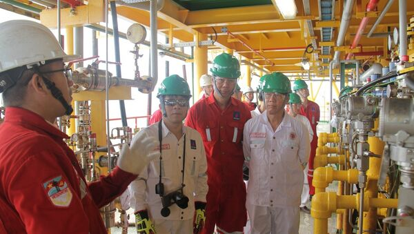 Lãnh đạo PVN, Vietsovpetro kiểm tra công tác đón dòng dầu đầu tiên tại mỏ Cá Tầm - Sputnik Việt Nam
