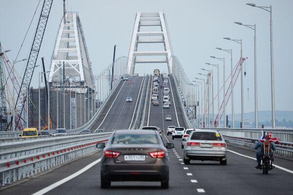 Xe cộ lưu thông trên phần đường bộ của cầu Crưm - Sputnik Việt Nam