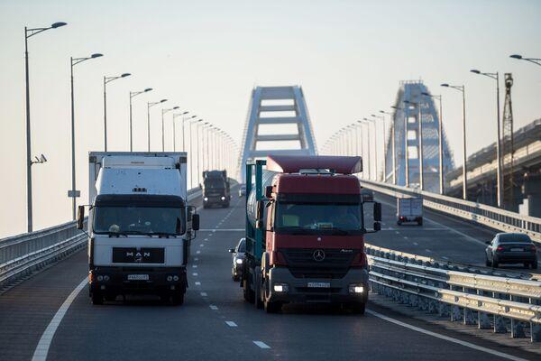 Xe tải trên cầu Crưm, sau khi dỡ bỏ lệnh cấm xe tải trên 3,5 tấn - Sputnik Việt Nam