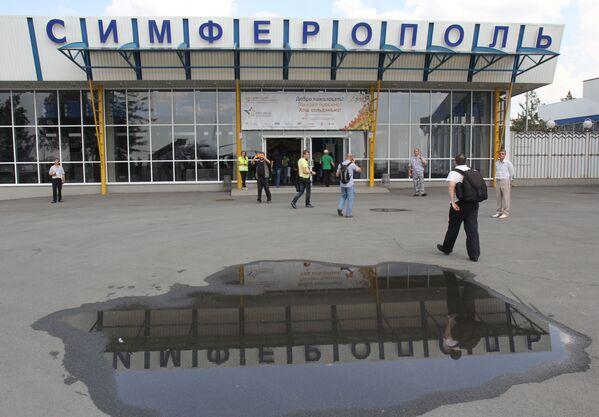 Hành khách ở lối vào sân bay Simferopol - Sputnik Việt Nam