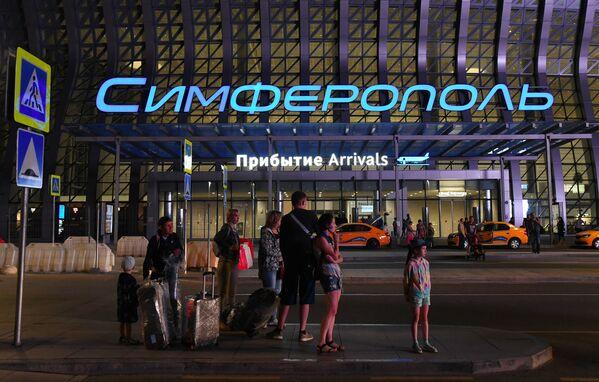 Hành khách tại nhà ga Làn sóng Crưm, sân bay quốc tế Simferopol - Sputnik Việt Nam