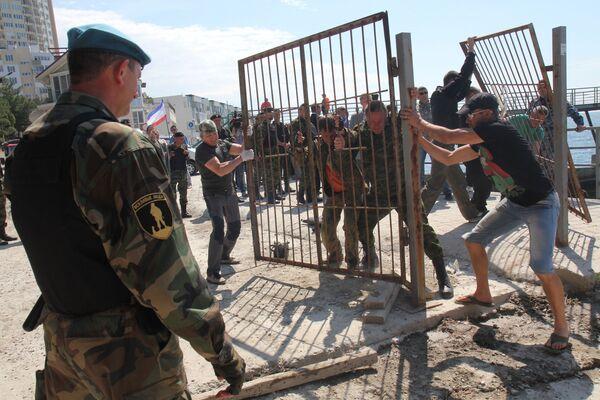 Dân quân tự vệ tháo dỡ hàng rào ở lối vào bãi biển làng Parkovoe, ngoại ô Yalta - Sputnik Việt Nam