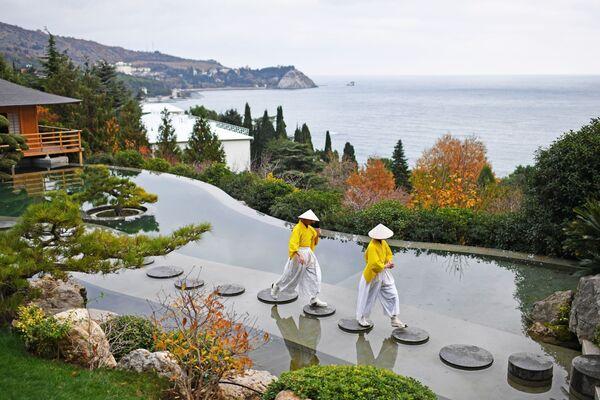 Các nghệ sĩ tại lễ khai trương Vườn Nhật Bản trong công viên Aivazovskoe,  Crưm - Sputnik Việt Nam