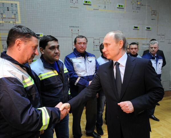 Tổng thống Nga Vladimir Putin dự khai trương nhịp đầu tiên của cây cầu năng lượng đến Crưm trong chuyến thăm công ty Crưm Energo, Simferopol - Sputnik Việt Nam