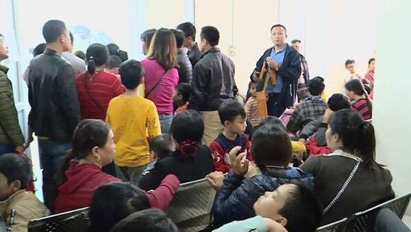 Phụ huynh ăn đợi nằm chờ ở bệnh viện để xét nghiệm sán lợn cho con. - Sputnik Việt Nam