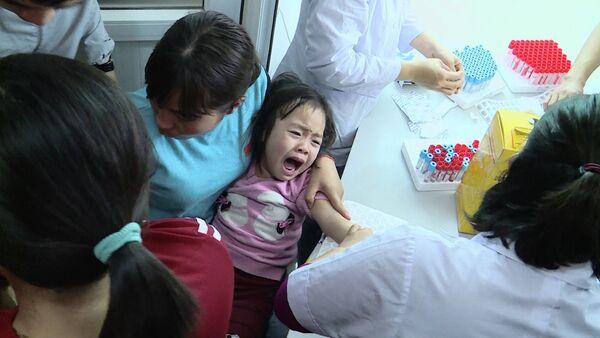 Trẻ đi xét nghiệm sán ở Bắc Ninh - Sputnik Việt Nam