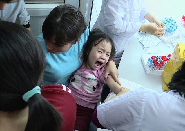 Trẻ đi xét nghiệm sán ở Bắc Ninh