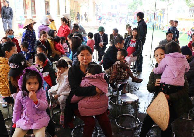 Các phụ huynh đợi xét nghiệm máu cho con tại Trường Mầm non Mão Điền, huyện Thuận Thành, tỉnh Bắc Ninh.