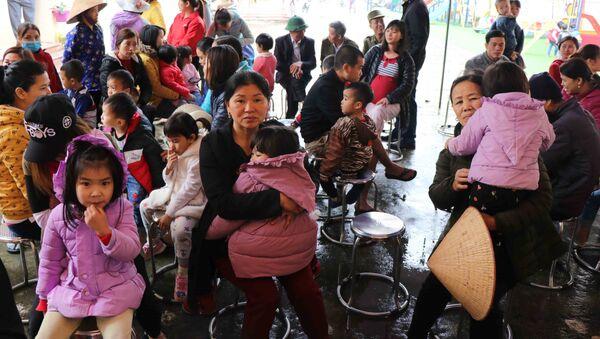 Các phụ huynh đợi xét nghiệm máu cho con tại Trường Mầm non Mão Điền, huyện Thuận Thành, tỉnh Bắc Ninh. - Sputnik Việt Nam