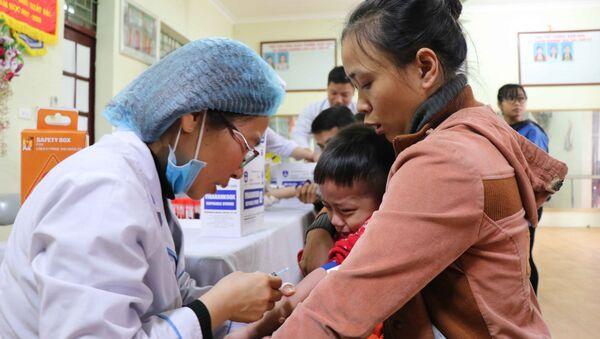 Tổ xét nghiệm lấy máu cho các cháu tại Trường Mầm non Thanh Khương, huyện Thuận Thành, tỉnh Bắc Ninh. - Sputnik Việt Nam