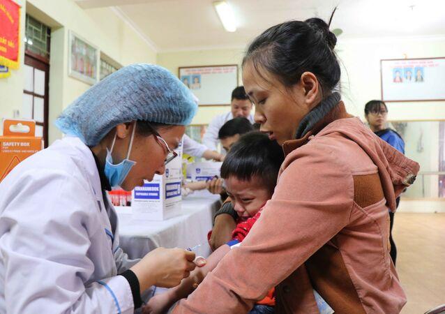 Tổ xét nghiệm lấy máu cho các cháu tại Trường Mầm non Thanh Khương, huyện Thuận Thành, tỉnh Bắc Ninh.