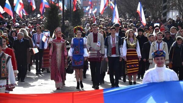 Праздничное шествие, посвященное 5-й годовщине Общекрымского референдума 2014 года и воссоединения Крыма с Россией, на одной из улиц в Симферополе - Sputnik Việt Nam