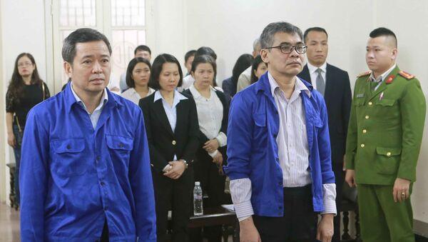 Bị cáo Võ Quang Huy (đứng bên trái, sinh năm 1961, nguyên Chánh kế toán VSP) và bị cáo Từ Thành Nghĩa (đứng bên phải, sinh năm 1962, nguyên Tổng Giám đốc VSP) tại phiên tòa. - Sputnik Việt Nam
