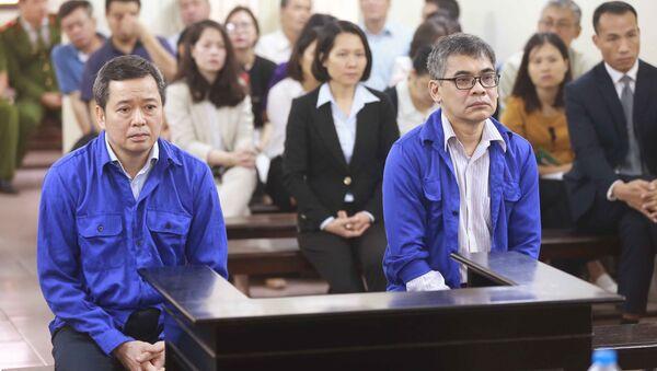 Bị cáo Võ Quang Huy (sinh năm 1961, nguyên Chánh kế toán VSP) và bị cáo Từ Thành Nghĩa (sinh năm 1962, nguyên Tổng Giám đốc VSP) và phiên tòa. - Sputnik Việt Nam