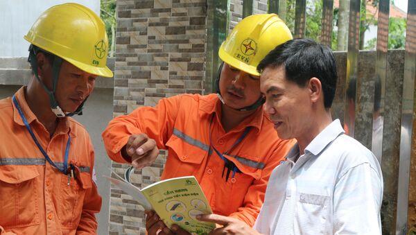 Công nhân kiểm tra điện EVN  - Sputnik Việt Nam
