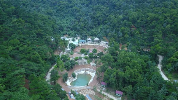 Các công trình lớn đã được xây dựng nham nhở giữa khu vực đồi rừng - Sputnik Việt Nam