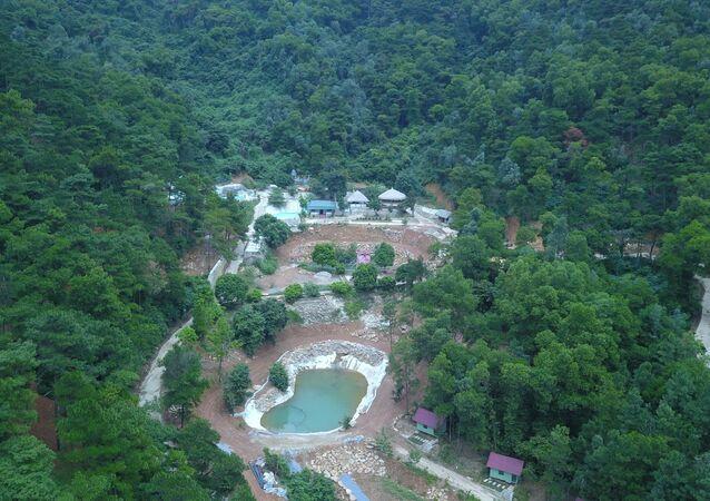 Các công trình lớn đã được xây dựng nham nhở giữa khu vực đồi rừng