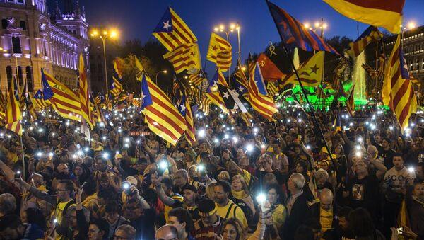 Những người tham gia cuộc biểu tình tại Madrid ủng hộ sự độc lập của Catalonia  - Sputnik Việt Nam