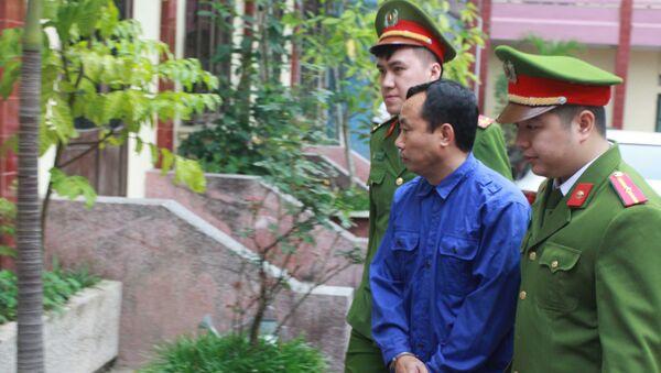 Một trong các bị can được dẫn giải vào phòng xét xử tại Tòa án nhân dân thành phố Thái Bình.  - Sputnik Việt Nam