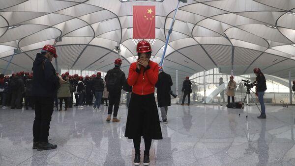 Наблюдатели в строящемся международном аэропорту Дасин в Китае - Sputnik Việt Nam