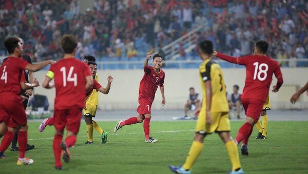 Cầu thủ đội tuyển Việt Nam ăn mừng bàng thắng mở tỉ số. - Sputnik Việt Nam