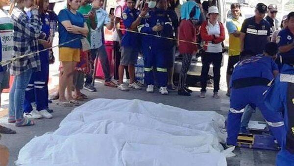 Thi thể người bị nạn được đưa lên bờ - Sputnik Việt Nam