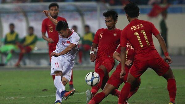 Pha dứt điểm của Đinh Thanh Bình (số 11) không vượt qua được hàng rào phòng ngự số đông của U23 Indonesia. Ảnh: - Sputnik Việt Nam