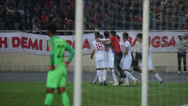 Cầu thủ U23 Việt Nam ăn mừng bàn thắng ở những giây bù giờ cuối cùng của trận đấu với pha đánh đầu của tiền vệ Triệu Việt Hưng (số 7). - Sputnik Việt Nam