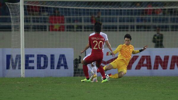 Pha băng lên phá bóng của thủ môn Bùi Tiến Dũng. - Sputnik Việt Nam
