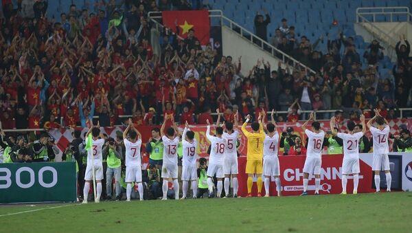 Các cầu thủ đội tuyển U23 Việt Nam chia vui với người hâm mộ sau trận đấu.  - Sputnik Việt Nam