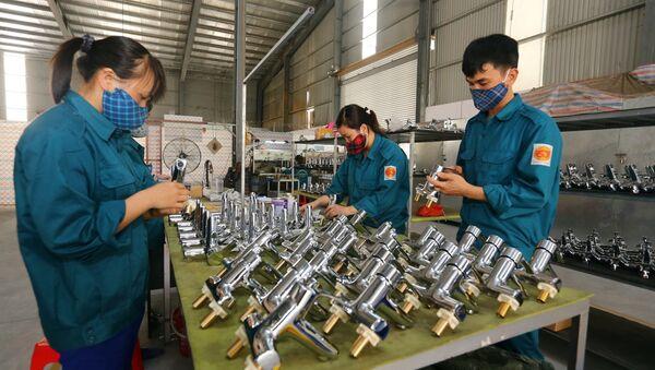 Dây chuyền sản xuất vòi hoa sen tại Công ty TNHH Tập đoàn sản xuất và kinh doanh TĐV Việt Nam, khu công nghiệp VSIP (Nghệ An).  - Sputnik Việt Nam