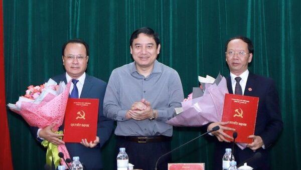 Đồng chí Nguyễn Đắc Vinh trao quyết định và chúc mừng các đồng chí Nguyễn Nam Đình, Bùi Thanh An. - Sputnik Việt Nam