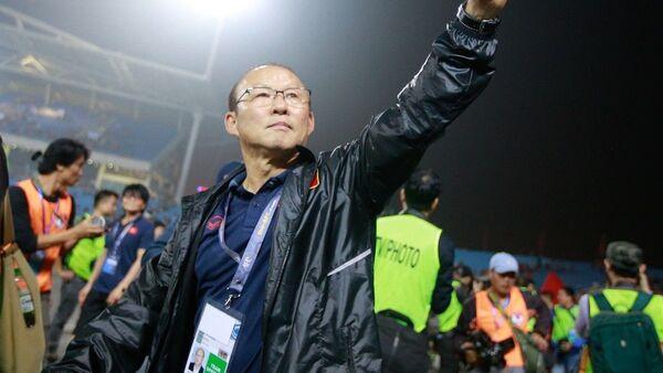 HLV Park Hang-seo giơ tay chào và cám ơn người hâm mộ đã đến sân cổ vũ cho U23 Việt Nam.  - Sputnik Việt Nam