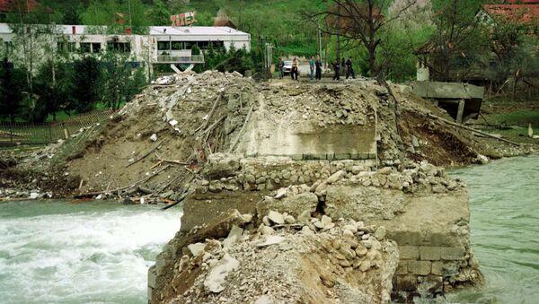 Cây cầu bắc qua sông Lim ở thành phố Murino, Montenegro, bị phá hủy do vụ đánh bom của NATO, 1999 - Sputnik Việt Nam